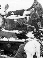 Январь 1940 года. Финны изучают захваченный ими танк