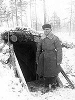 Joulukuu 1939. Puna-armeijalainen Vladimir Davidov korsun luona, 163 D.